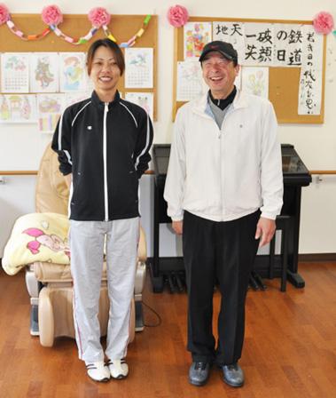 介護福祉士合格者 左より 椿本由美 田中隆吉