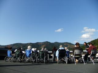 天気の良い日は秀華苑の屋上でデイの利用者様と青空レクリエーション(^^)